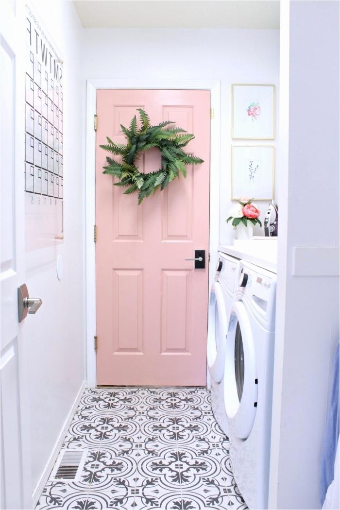 projet de relooking à petit budget de l'espace buanderie avec une porte interieure peinte en rose guimauve accentuée par une couronne végétale