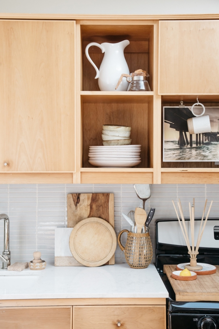 meuble haut de rangement cuisine de bois clair, déco de cuisine avec crédence et comptoir blancs et meubles bois