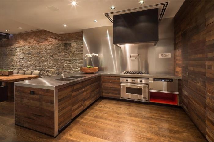 idée comment décorer une cuisine ouverte d'angle avec pan de mur design métallique grise et rêvetement meubles et mur en bois foncé