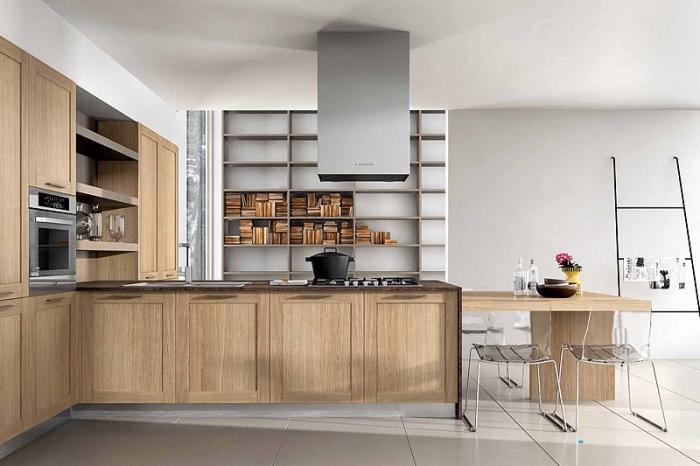exemple décor rustique dans une cuisine ouverte aux murs blancs avec meubles de bois clair et ilot central table à manger