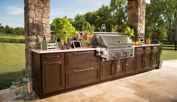 idée comment arranger une cuisine d'été dans le jardin, modèle de cuisine d'été avec meubles de bois solide