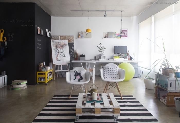 loft en blanc et noir avec une table basse originale patinée blanche à dés d'aspect bois brut