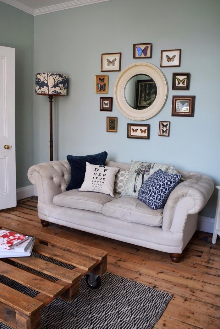 un salon cozy qui mixe les styles déco, avec une table palette récup vernie montée sur des roulettes