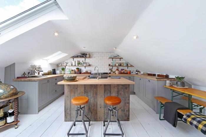 idée comment arranger une cuisine sous pente avec meubles de bois peint en gris clair et rangement étagères