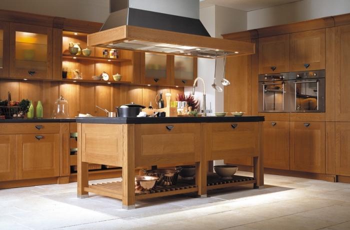 exemple de déco naturelle dans une cuisine grande avec meubles bois marron et éclairage sous meubles led