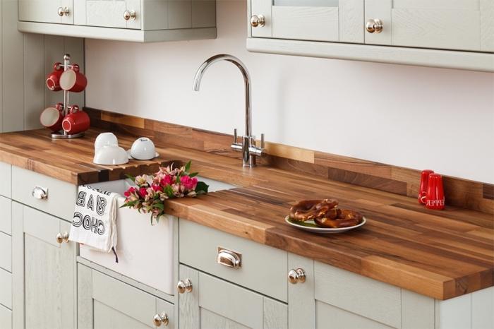 idée décoration de cuisine blanche avec meubles de bois peint en gris clair et comptoir en bois foncé avec robinet argent