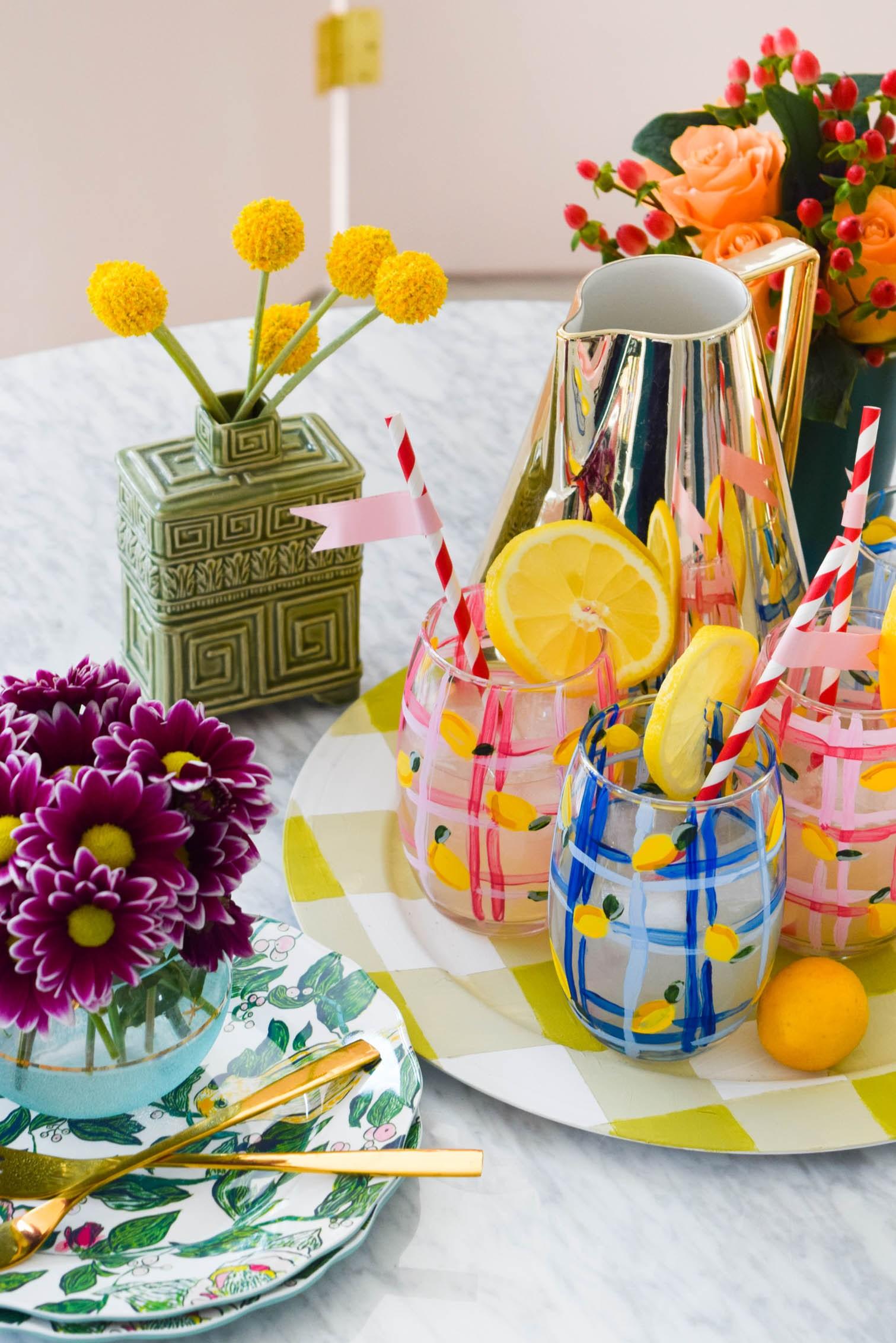 activité manuelle été, verre décoré de motif citron jaune et des bandes bleues et rose dans un plateau de service, bouquet de fleurs