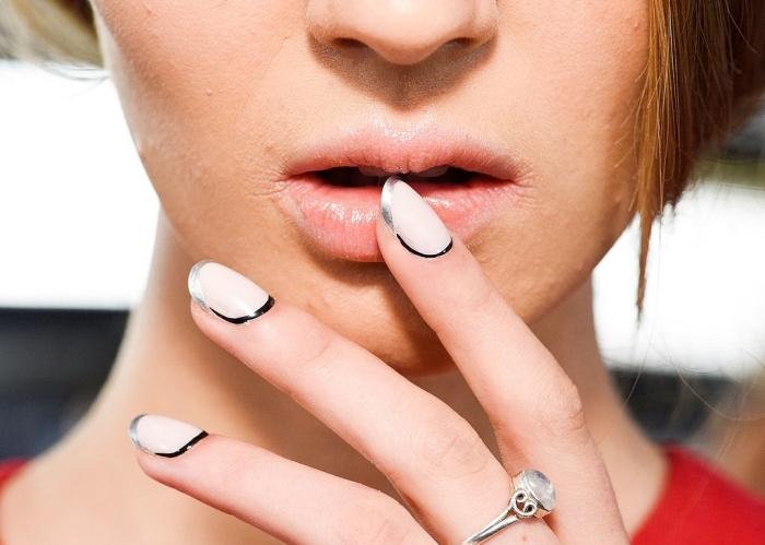 exemple de ongle deco en couleurs neutres nude et argent, technique manucure française avec base nude et lignes argent et noir