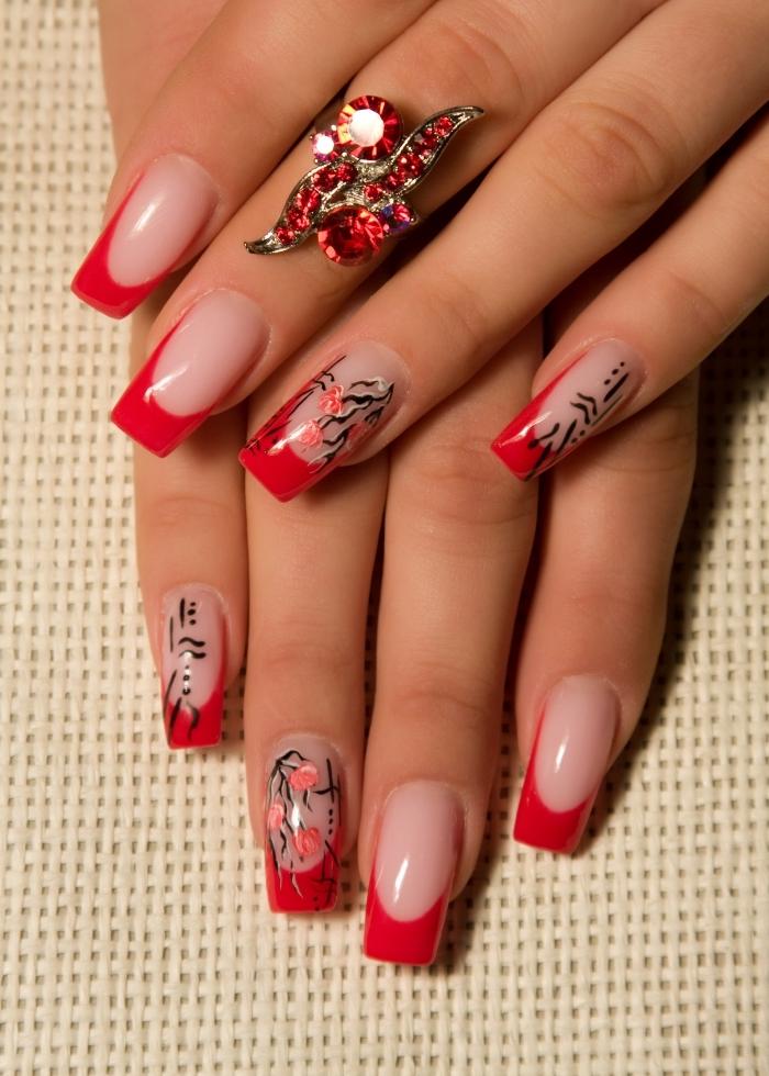 modele ongle en gel de style french, manucure française de base nude avec bouts longs en rouge et déco florale