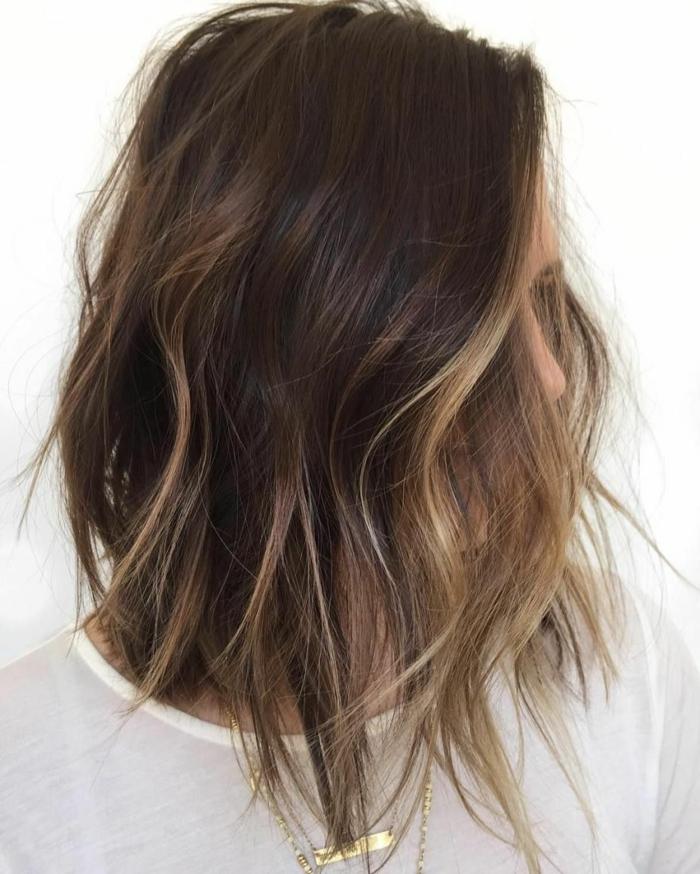 ombrage cheveux mi-longs, balayage cheveux chatains, cheveux ondulants coiffure carré