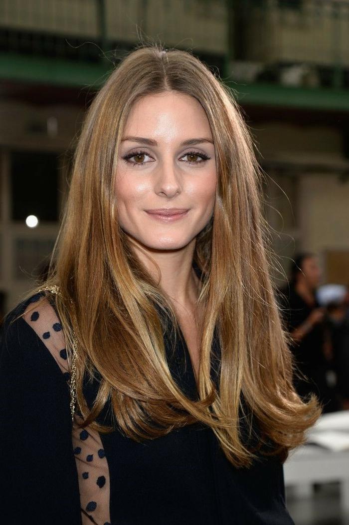 Olivia Palermo, balayage caramel sur base brune, tenue noire, cheveux lissés