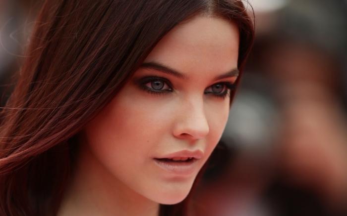 quel maquillage pour yeux verts ou gris avec rouge à lèvre nude et yeux smoky, coloration foncée aux reflets rouge