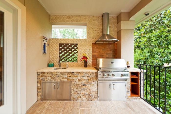aménagement cuisine sur la véranda aux murs beige et sol en carrelage beige, modèle de cuisine équipée en matériaux résistants