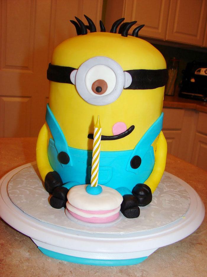 Minion gateau anniversaire fondant minion avec son petit gateau idée pour enfant cool idée déco gâteau mignon