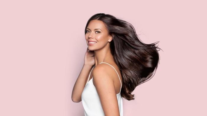 changer de couleur de cheveux, jolis cheveux longs de couleur naturelle marron foncé aux reflets brillants
