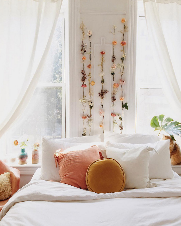 Aménagement chambre adulte couleur peinture chambre décoration moderne pièce féminine en blanc et peche