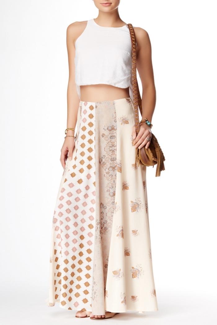 modèle de jupe longue fluide en blanc et beige, idée accessoires boho chic avec sac à main de cuir marron