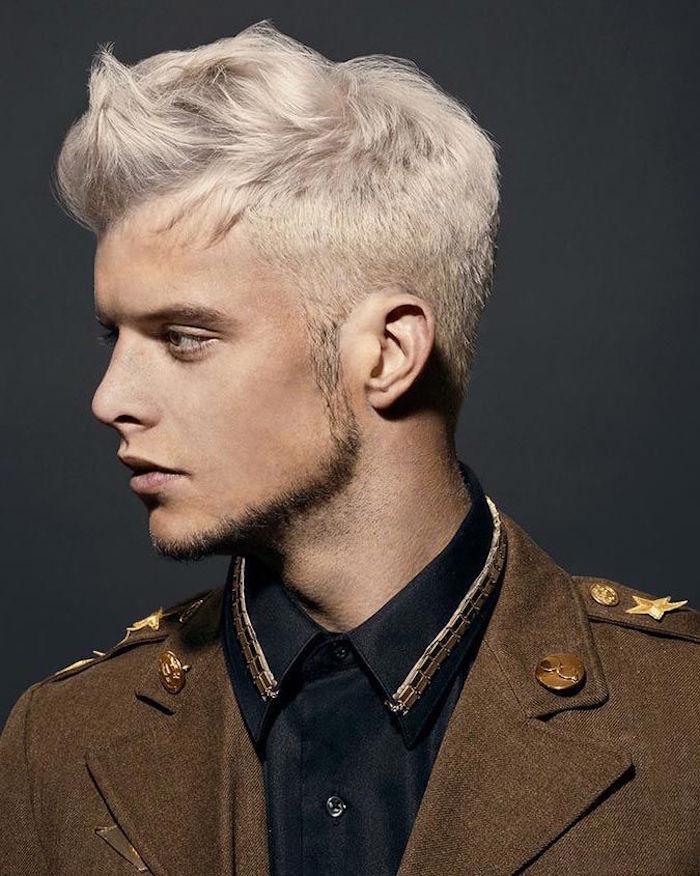 coiffure homme avec fondu et coloration blond doré polaire collier de barbe et veste vintage