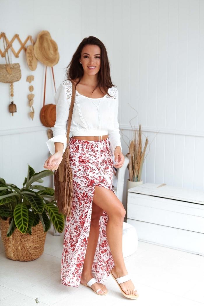 idée comment porter une jupe longue fluide de couleur blanche aux motifs floraux rouges avec blouse blanche manches longues