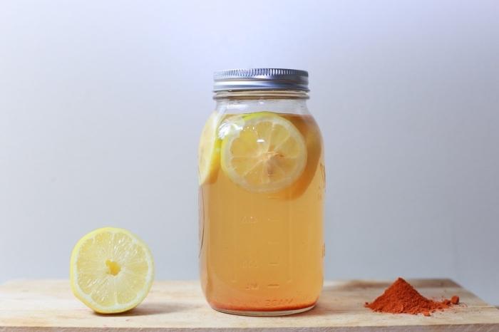 citronnade recette facile à préparer maison avec de l'eau froide et jus de citron fraîchement pressé dans un pot
