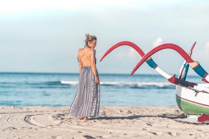 Robe legere robe droite fluide tenue été à choisir adopter la robe d'été photo femme à la plage robe dos nue longue robe de plage