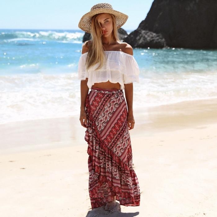 vetement boheme chic de plage en jupe asymétriques en rouge et blanc combinée avec top blanc et capeline beige