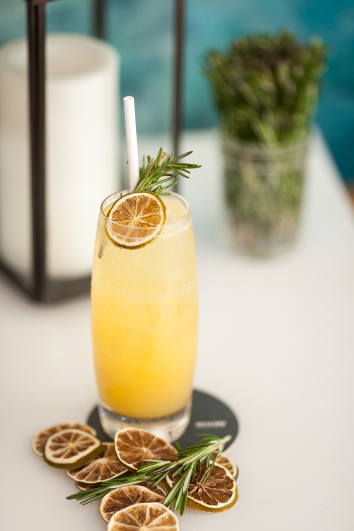 exemple cocktail sans alcool et sucre préparé à la base de l'eau froide et jus de fruits saisonniers avec glaçons