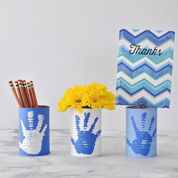 idee cadeau maitresse fin d année, pot de fleur et pot a crayon en boite de conserve avec crayons et bouquet de fleurs jaunes