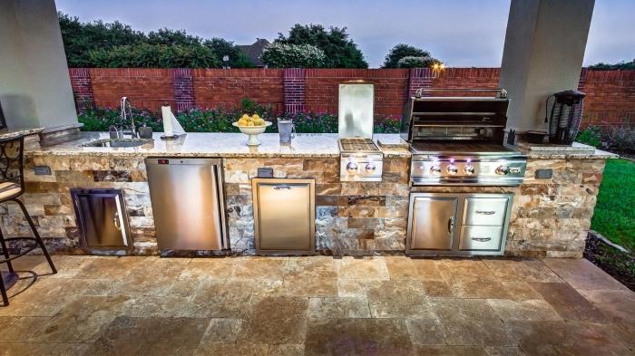 idée comment aménager une cuisine en longueur dans le jardin, ilot en pierre avec comptoir en granite et four inox