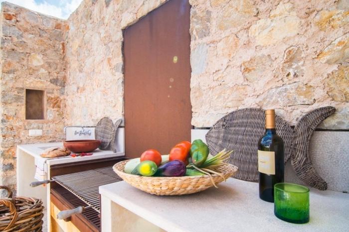 petite cuisine de jardin avec grille et plan de travail à robinet extérieur, rangement ustensile de cuisine et accessoires