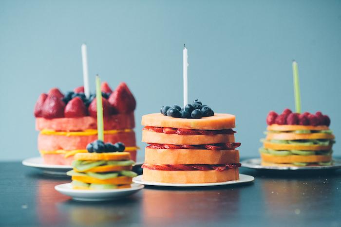 Beau gateau d'anniversaire fille gateau rapide gâteau pour enfant dessert simple design adorable idée entièrement fruit gateau