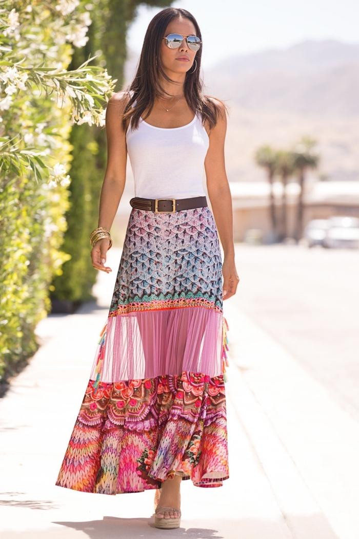 vêtement bohème en jupe longue multicolore et top crop blanc avec accessoires ceinture cuir marron et bracelet or