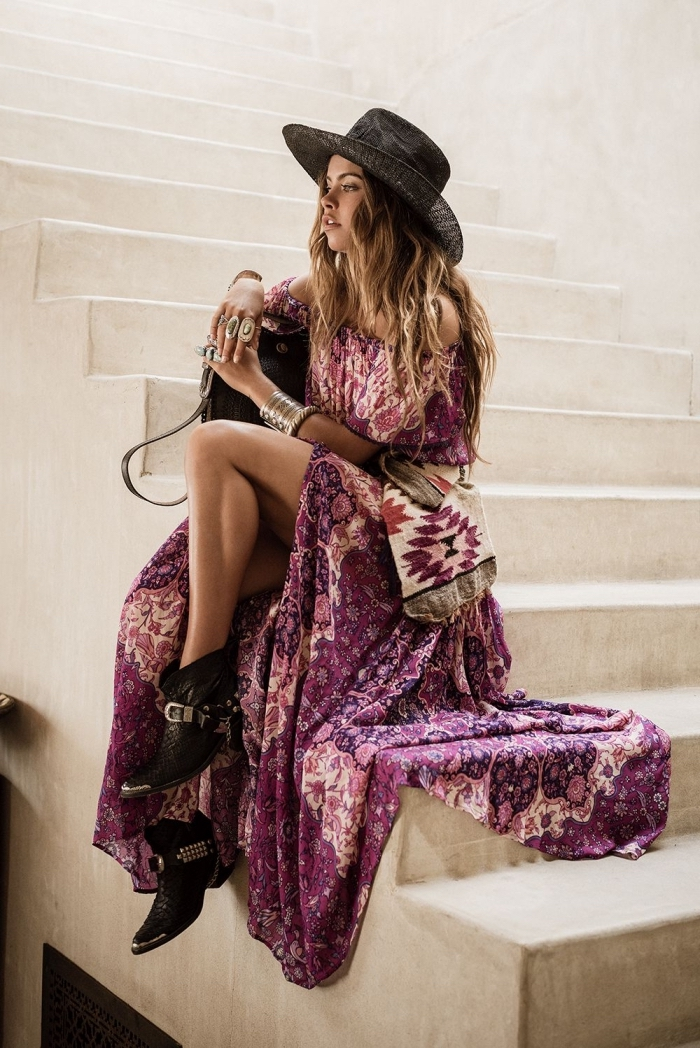 style boho chic femme avec jupe longue fluide de couleur violette aux motifs fleurs roses combinés avec top aux épaules dénudées