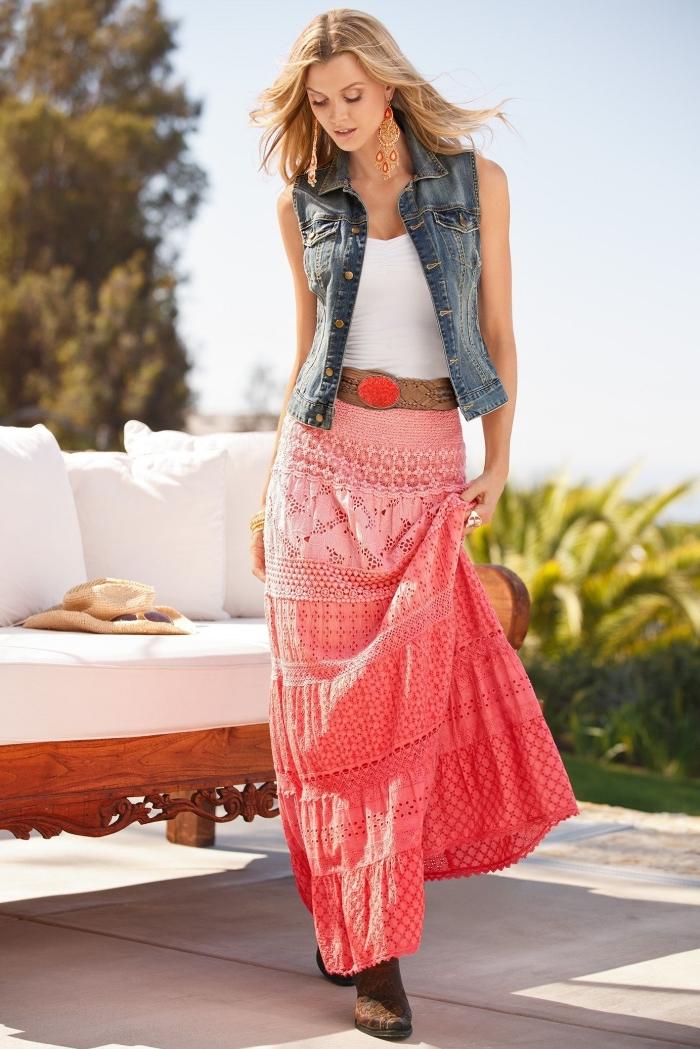 modèle de jupe longue fluide à design ombré rose et rouge avec bottines en marron et ceinture rouge et marron