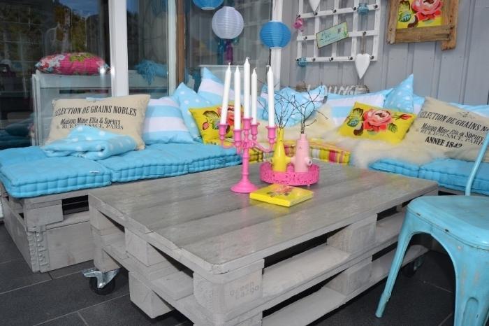 déco de style estivale dans un coin extérieur balcon ou terrasse aménagé avec meubles en palettes peints en gris