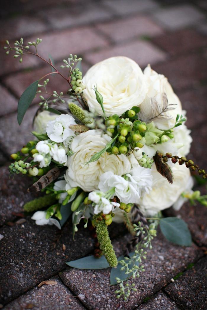 bouquet de fleurs blanches pour la mariée boho, pivoines ou roses rustiques combinées avec des plantes ornementales