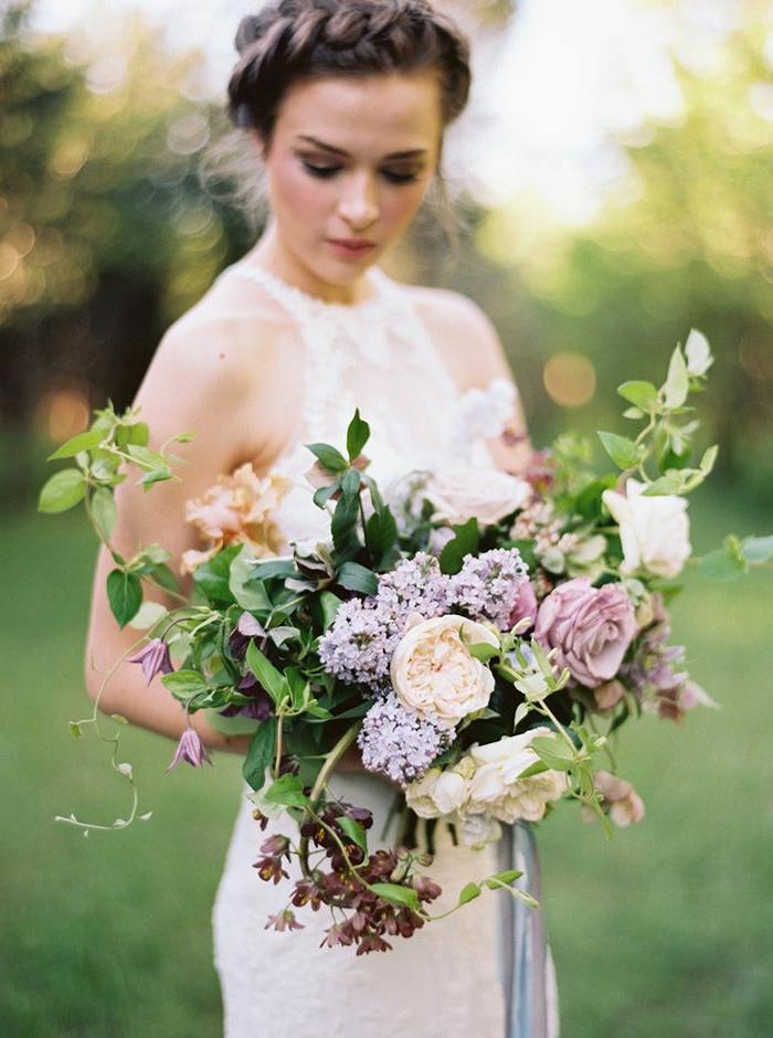 bouquet cascade avec plusieurs fleurs champêtre, lilas et roses, feuilles vertes