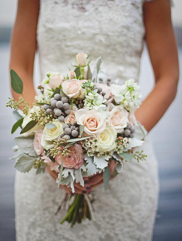 bouquet de fleurs blanches et roses et de baies, robe en dentelle blanche