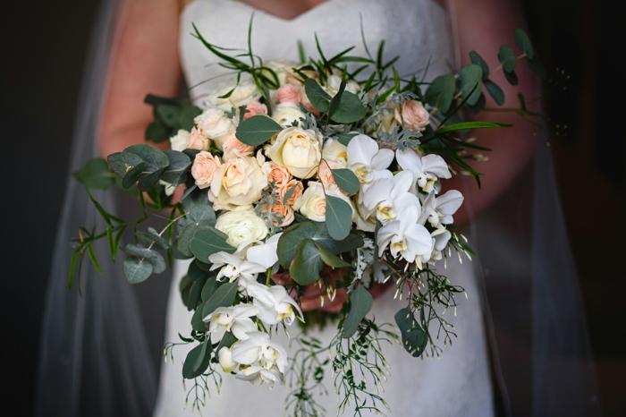 bouquet de fleurs blanches roses et orchidées, garnies de feuillage, joli bouquet de fleurs cascade