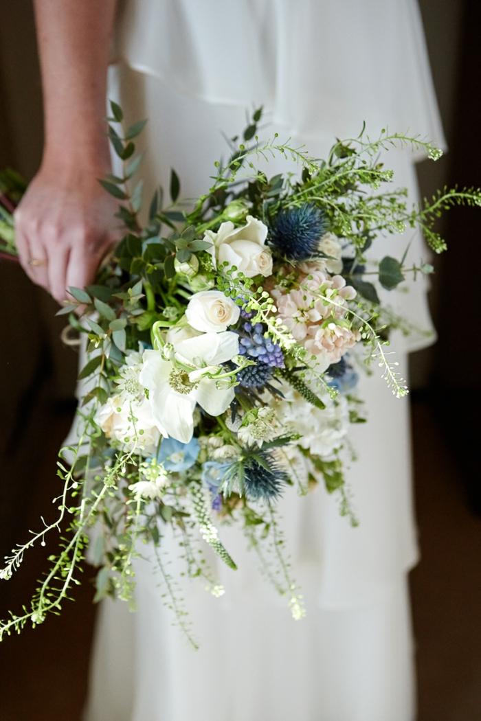 bouquet de fleurs blanches et bleues, bouquet cascade de fleurs rustiques pour la mariée moderne