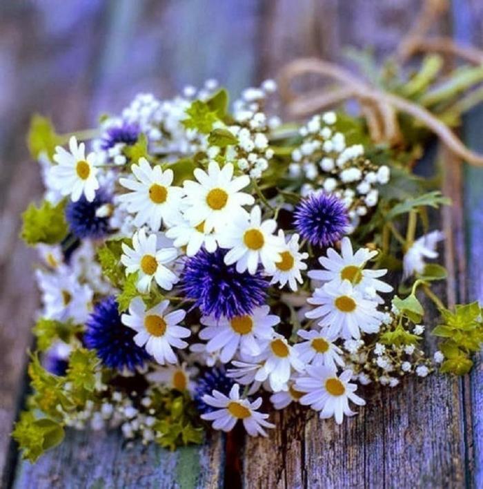 joli bouquet champêtre avec marguerites et fleurs rustiques, gypsophille et ficelle de jute