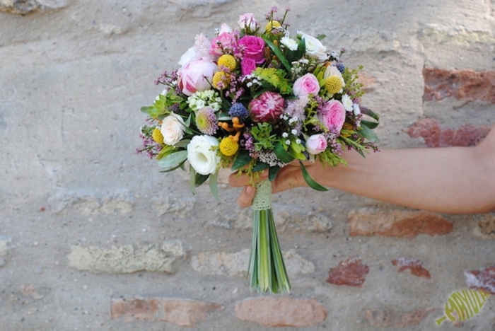 bouquet de mariée rond aux roses rustiques blanches et roses, boutons jaunes, gypshophille et feuilles vertes