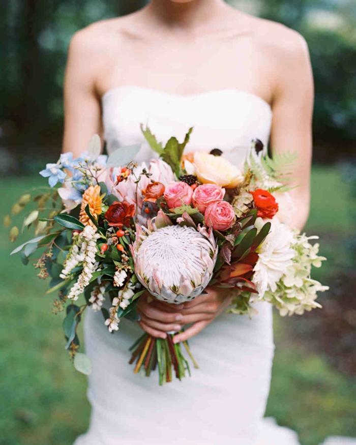bouquet original avec plusieurs fleurs des prés aux corolles petites et grandes, bouquet volumineux