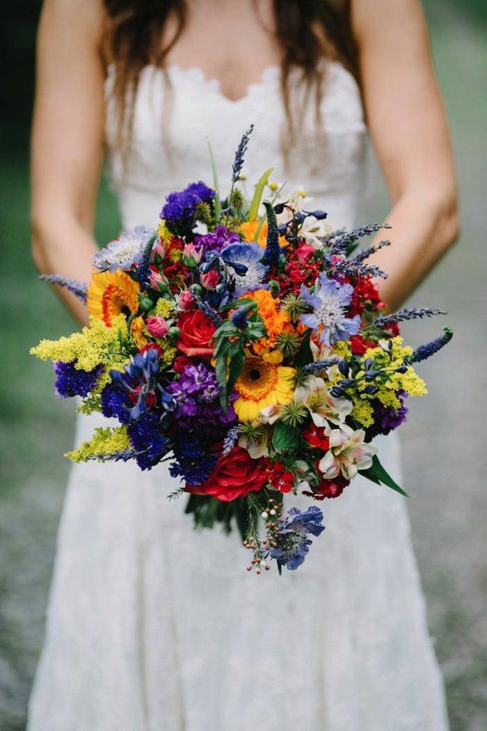bouquet champetre avec couleurs multicolores, tournesols, fleurs violets et roses rouges