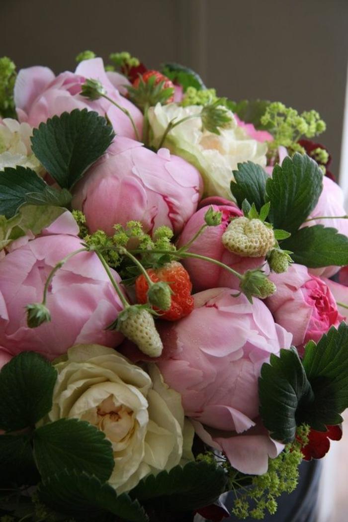 pivoines roses et blanches et brins de fraises en bouquet, déco florale pour mariages