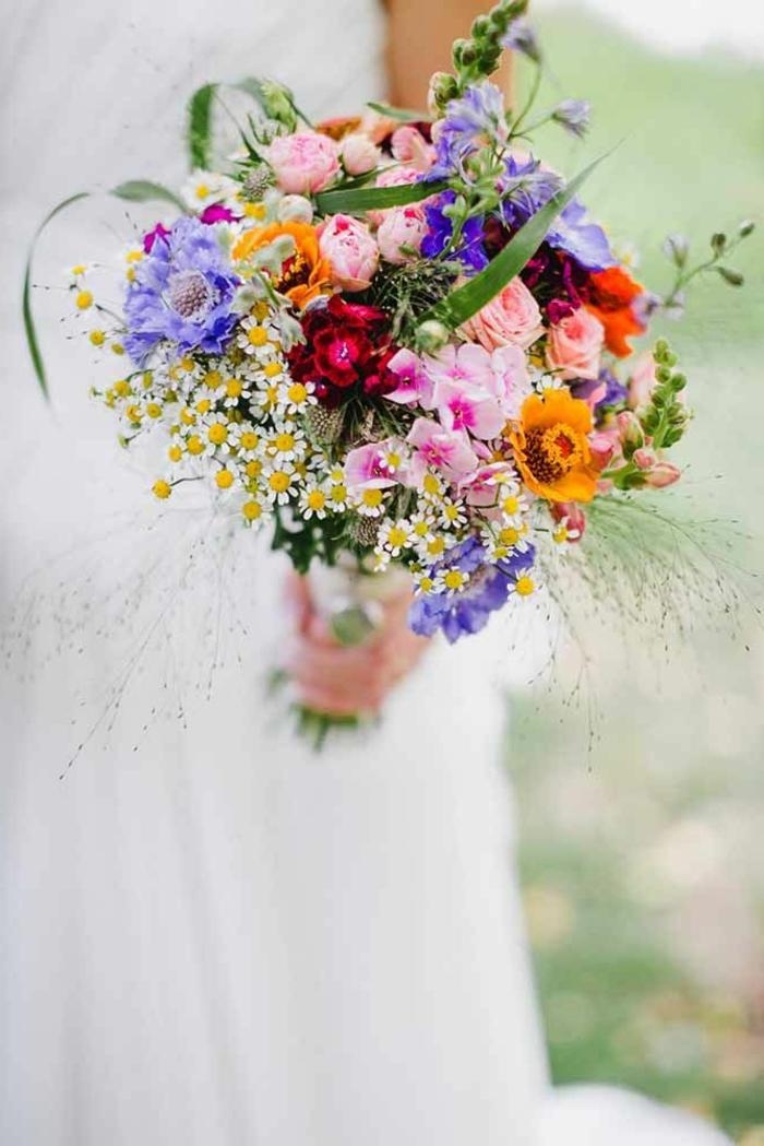 bouquet champetre en couleurs, espèces sauvages combinées pour un bouquet de mariée champetre