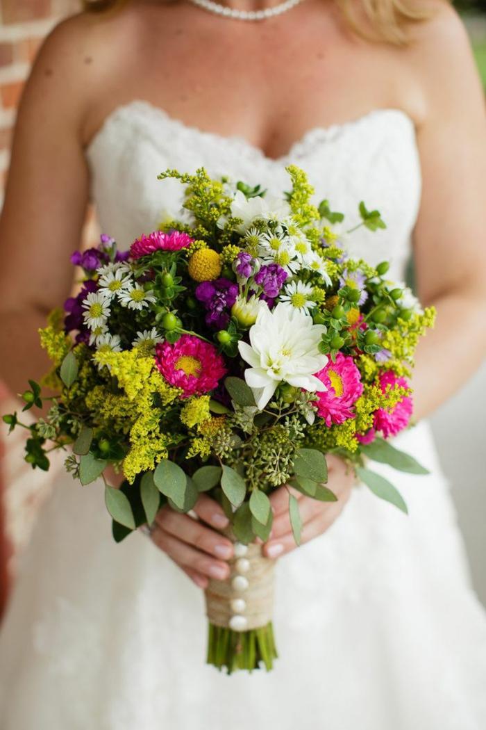 bouquet de fleurs rustiques, bouquet symétrique et sympathique pour la mariée boho
