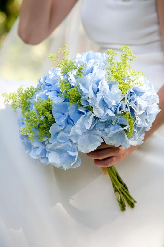 bouquet d'hortensias avec décoration verte, bouquet mariée rond fantastique