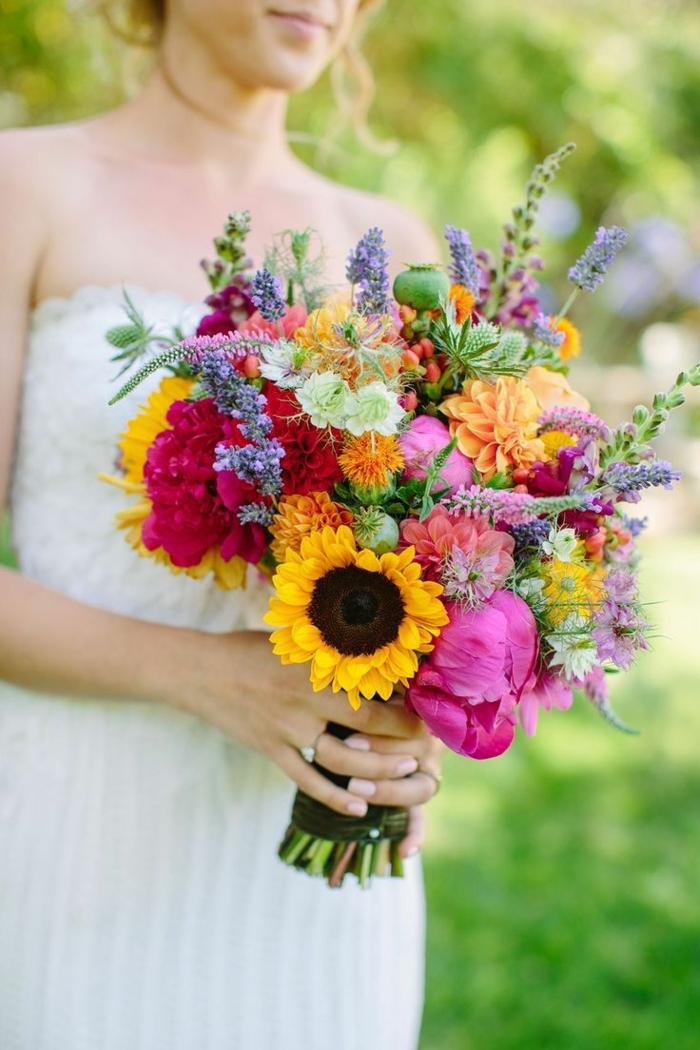 bouquet fleurs colorées et cueillies dans les prés, bouquet texturé avec jolies plantes