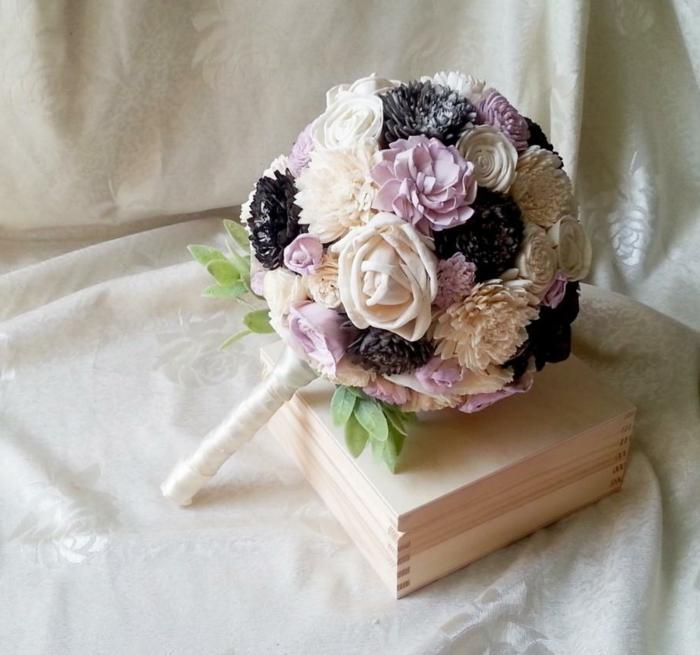 bouquet de mariée original, petit bouquet rond avec fleurs mauves et blanches